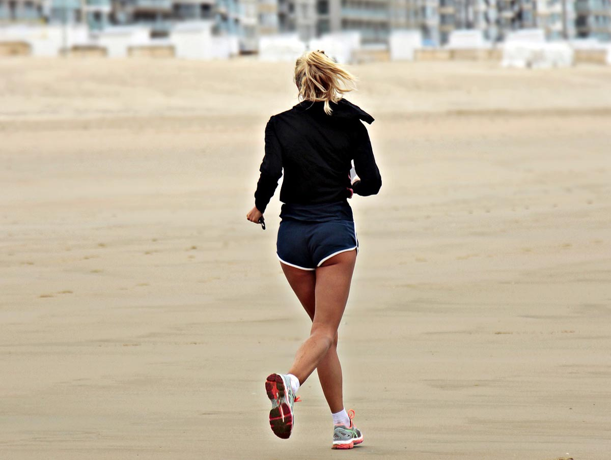 Femme faisant son jogging en basket